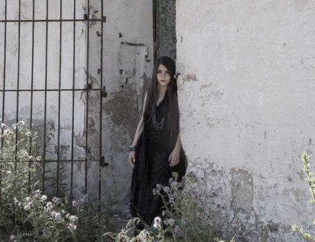 Girl in doorway - Atelier Inscrire