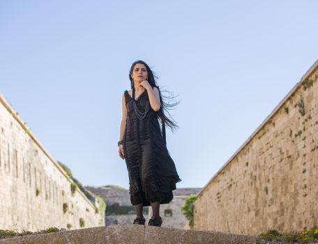 Girl in black dress - Atelier Inscrire