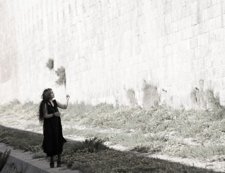 Girl beside old stone wall - Atelier Inscrire