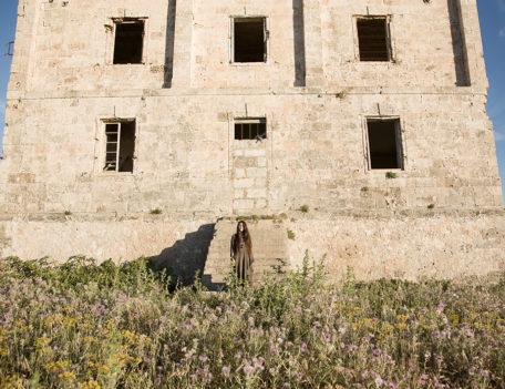 Woman on stone steps - Atelier Inscrire