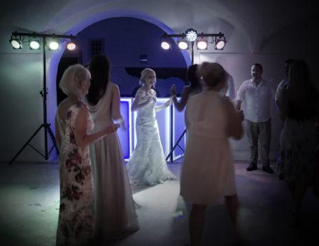 bride on danceflor with friends - Son Mir