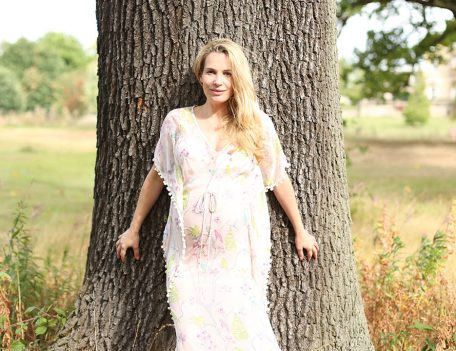 pregnant girl against tree - Amigas