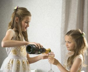 girls pour Champagne
