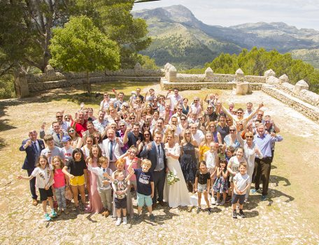 wedding group photograph - Refugi de la Puig de Santa Maria